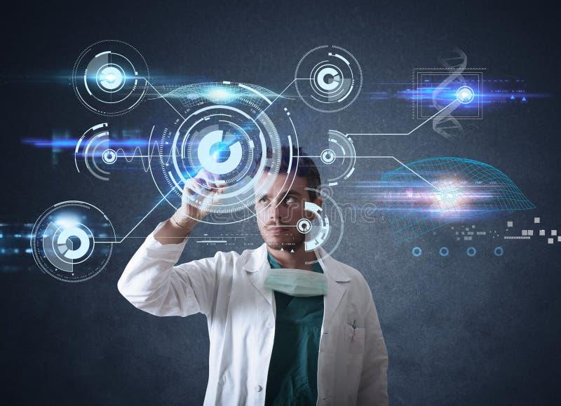 Доктор с футуристическим интерфейсом сенсорного экрана стоковые изображения