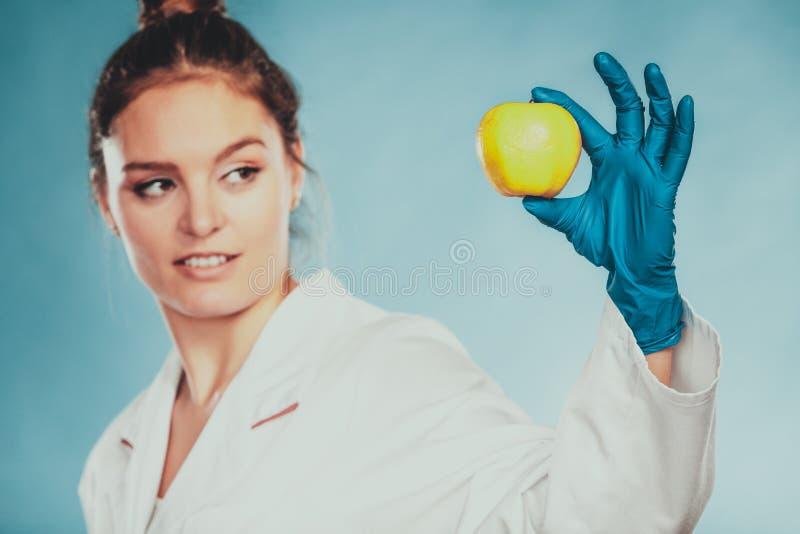 Доктор ученого с тухлым яблоком Еда GM стоковая фотография
