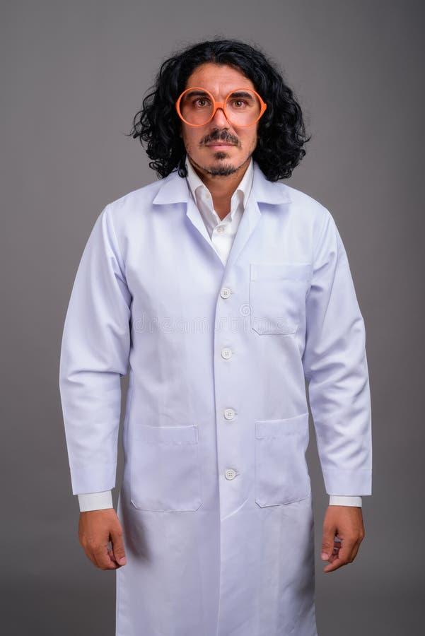 Доктор человека ученого с усиком нося большие eyeglasses стоковые изображения