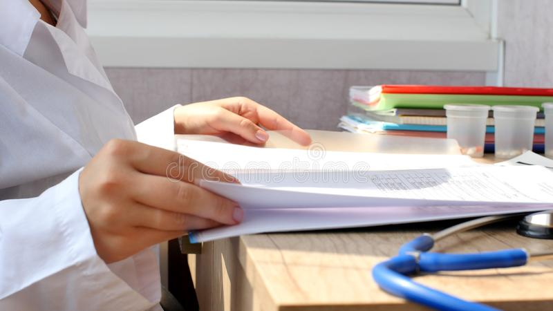 Доктор читая медицинские документы для медицинского исследования стоковое изображение rf