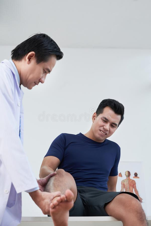 Доктор Examing Пациент стоковые фотографии rf