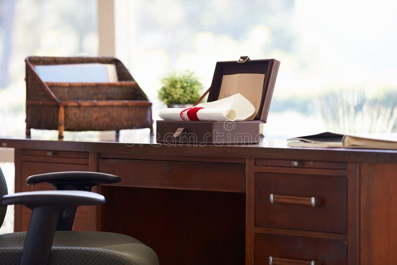 Документы и письма в коробке Keepsake на столе стоковые фото