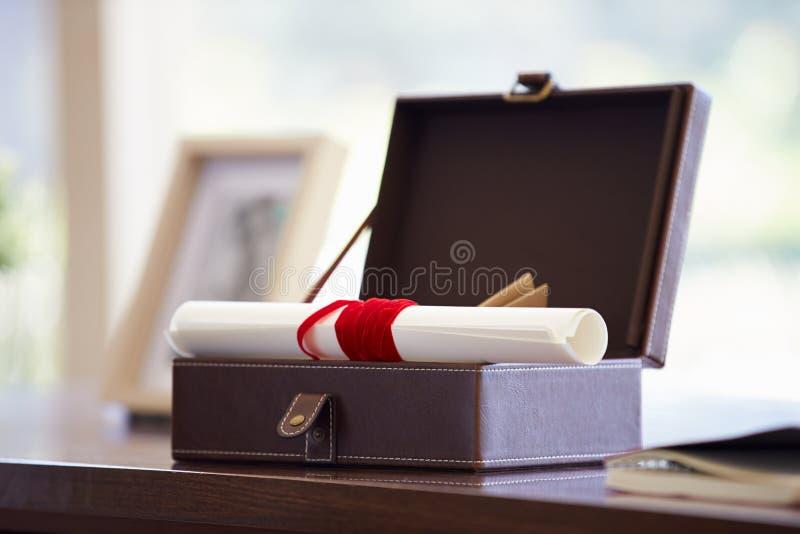 Документы и письма в коробке Keepsake на столе стоковое фото rf
