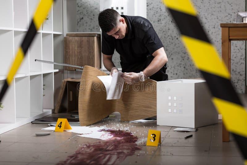Документы найденные полицейским стоковое фото