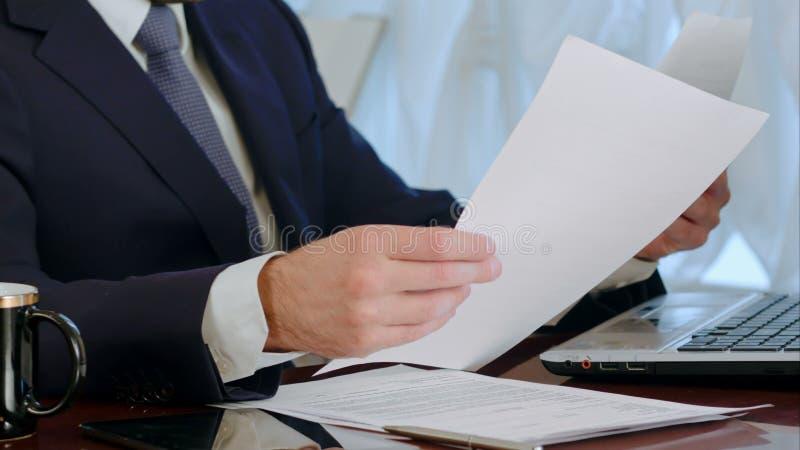Документы подписания бизнесмена с чашкой кофе на таблице сток-видео