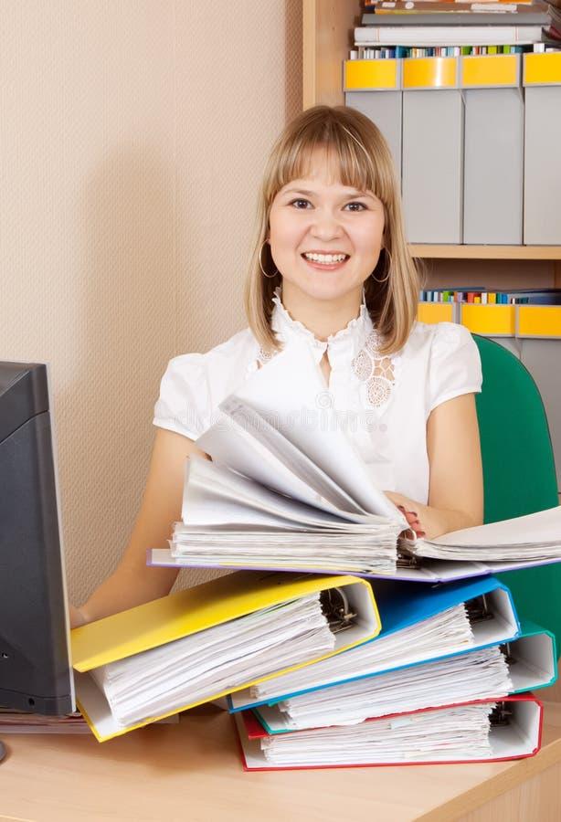 Документы чтения женщины в офисе стоковое фото rf