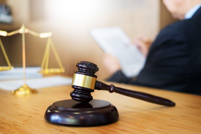Документы чтения судьи юриста на столе в зале судебных заседаний работая на w стоковые изображения rf