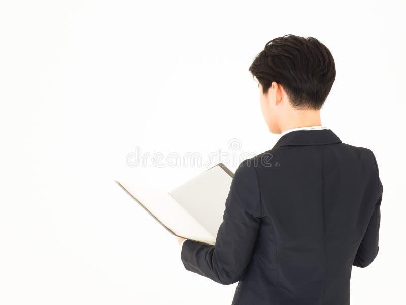 Документ азиатского красивого бизнесмена открытый E стоковые изображения rf