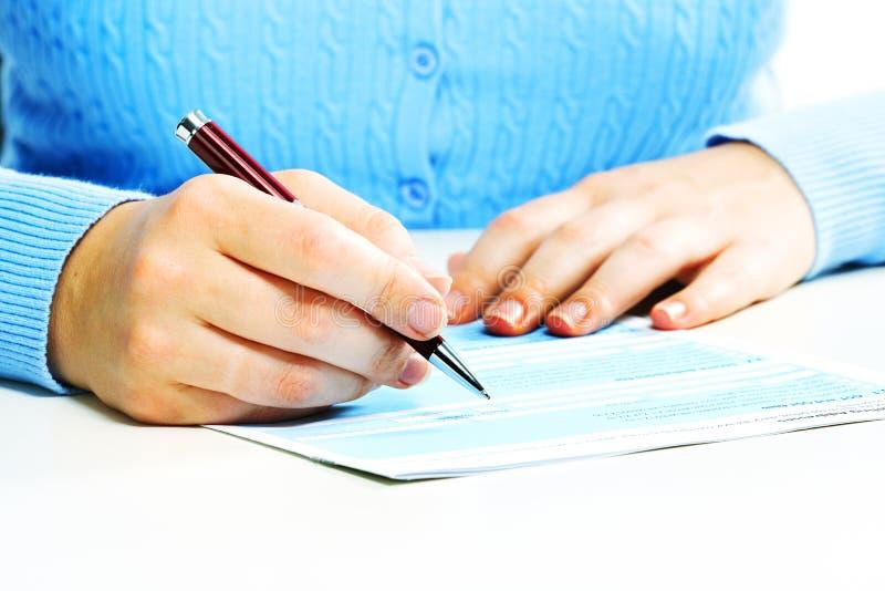 Документ бизнес-леди заполняя. стоковое изображение rf