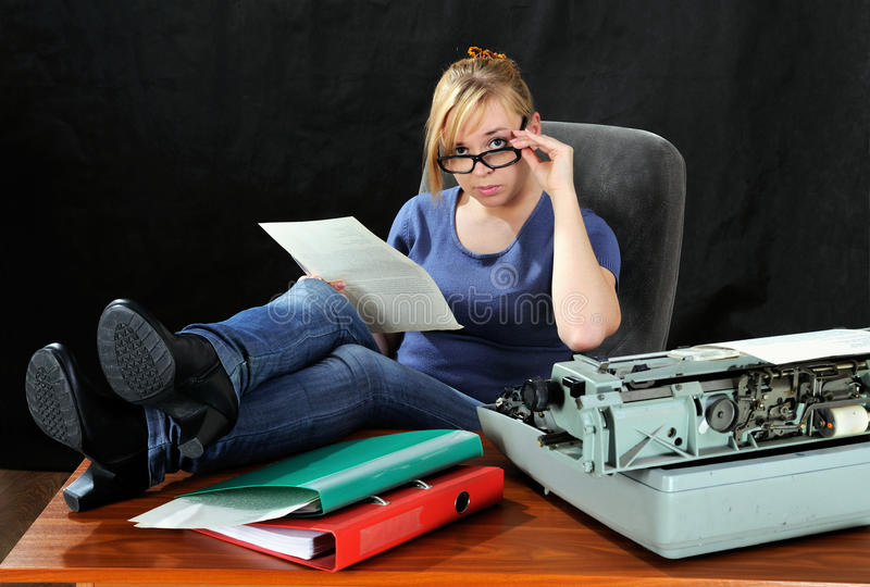 документ читает женщину стоковые фотографии rf
