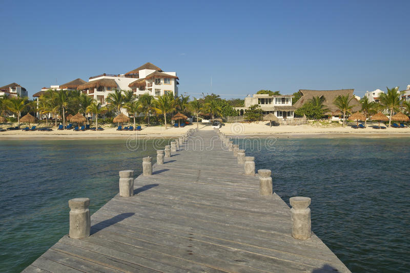 Док в воде смотрит назад на Puerto Morelos, Мексике, к югу от Cancun в полуострове Юкатан, Мексика стоковая фотография