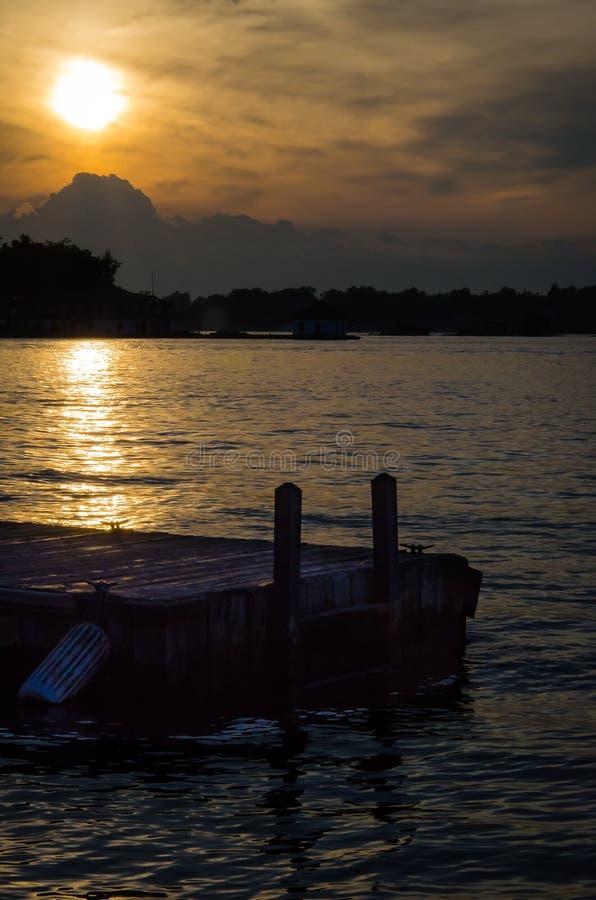 Док захода солнца стоковое изображение rf