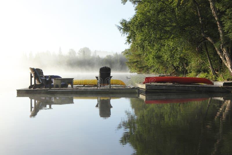 Док на туманном озере стоковые изображения