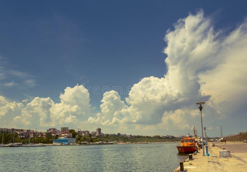 Док порта с облачным небом стоковая фотография rf