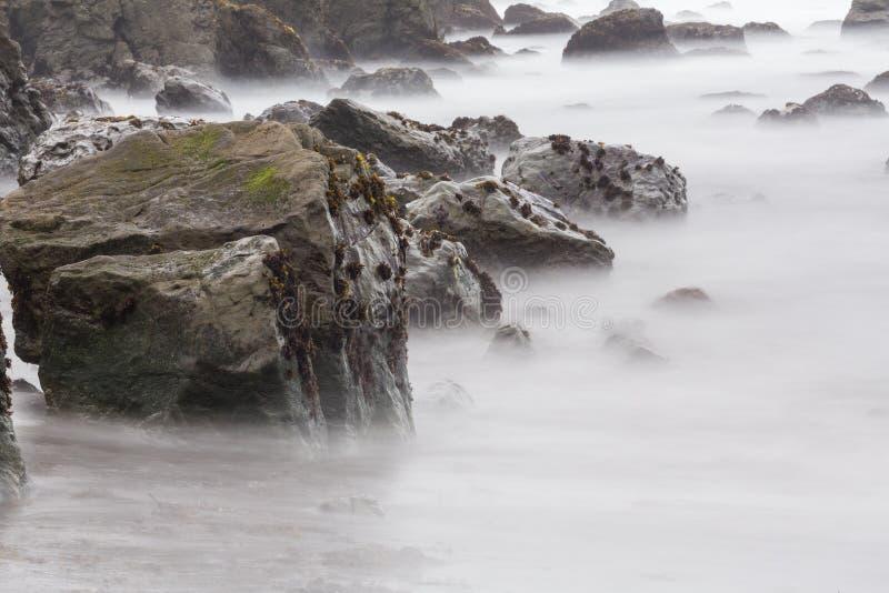 Долгая выдержка береговых пород стоковые изображения rf