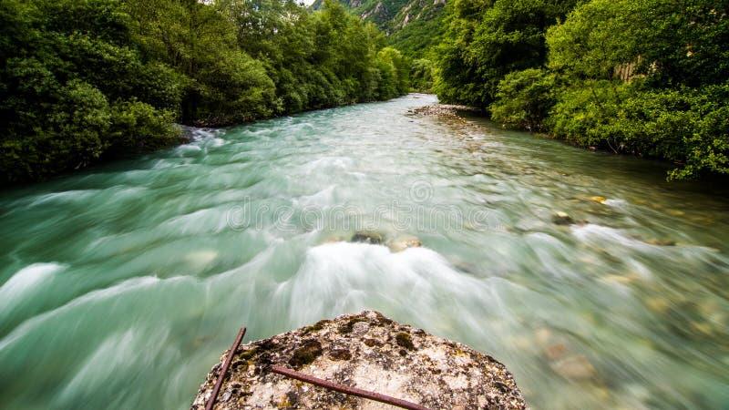 Долгая выдержка быстрого идущего реки стоковое изображение rf