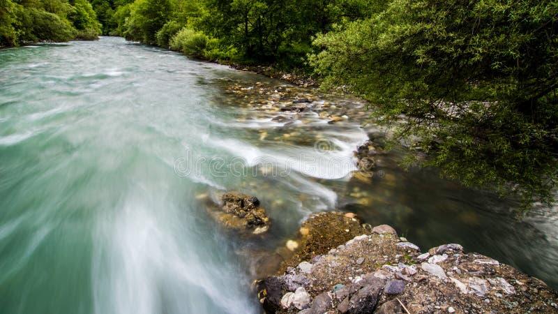 Долгая выдержка быстрого идущего реки стоковые изображения