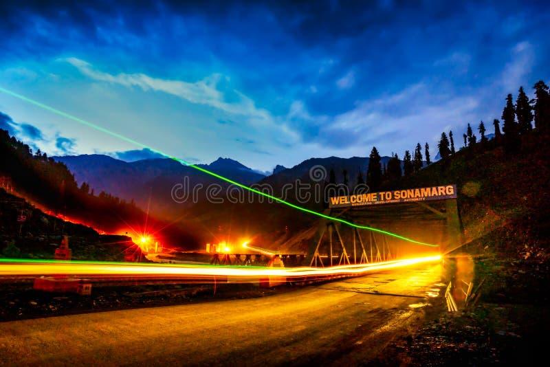 долгая выдержка взгляда сумерек на пути в государстве Кашмира взгляда горного пика, Индии стоковое фото rf