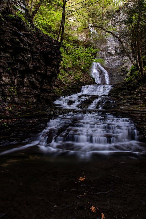 Долгая выдержка - водопад/каскад - весенний сезон - Ithaca, Нью-Йорк стоковое фото rf
