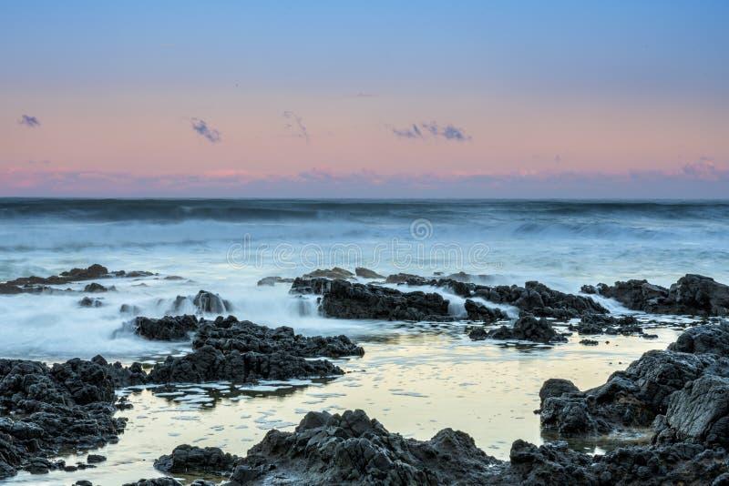 Долгая выдержка волн на восходе солнца стоковая фотография rf
