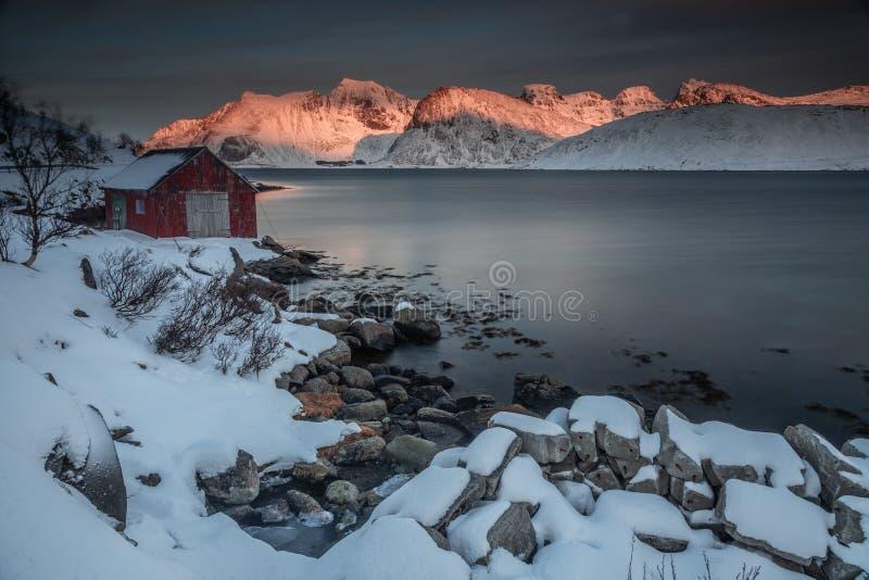 Долгая выдержка во время захода солнца в островах Lofoten, Норвегии во время зимнего дня стоковое изображение