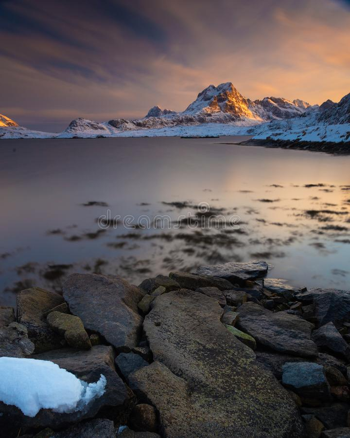 Долгая выдержка во время захода солнца в островах Lofoten, Норвегии во время зимнего дня стоковая фотография