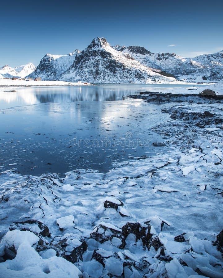 Долгая выдержка в островах Lofoten, Норвегии во время холодного зимнего дня стоковое фото