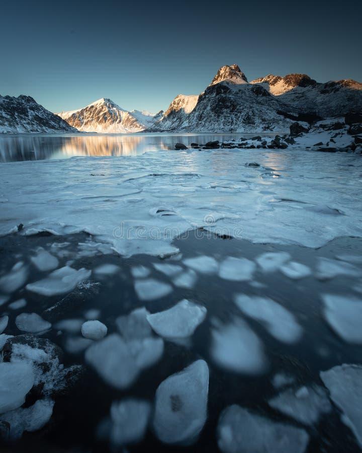 Долгая выдержка в течение дня на пляже в островах Lofoten, Норвегии стоковое изображение