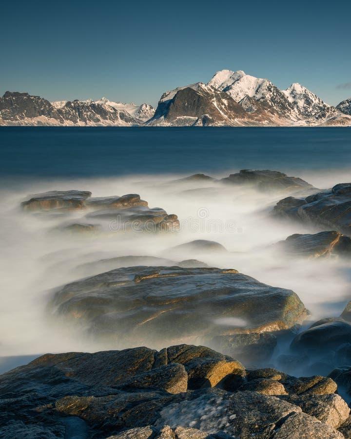 Долгая выдержка в течение дня на пляже в островах Lofoten, Норвегии стоковое фото
