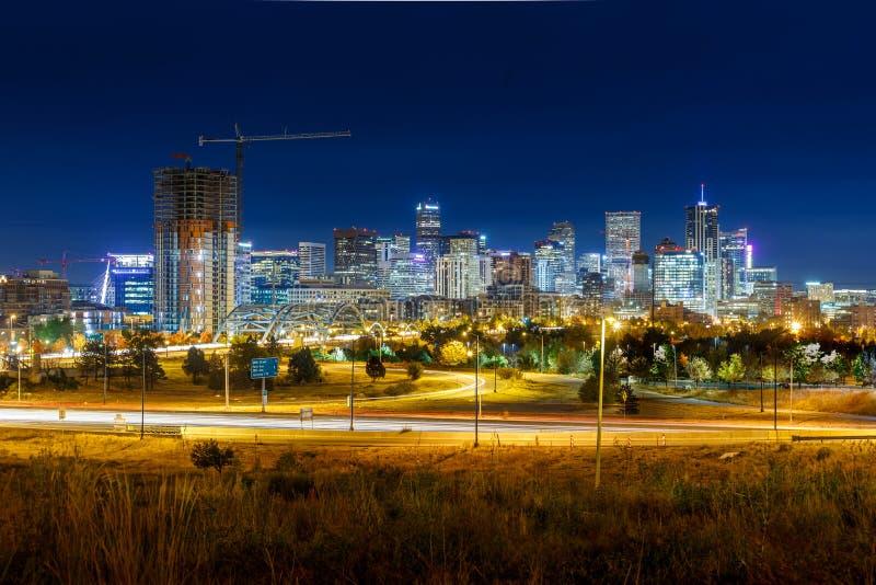 Долгая выдержка горизонта города Денвера во время ночи с зеленым gra стоковые изображения rf