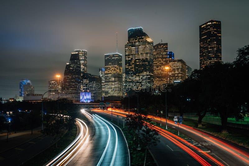 Долгая выдержка движения на бульваре Ален и горизонте Хьюстон вечером, в Хьюстон, Техас стоковые фотографии rf