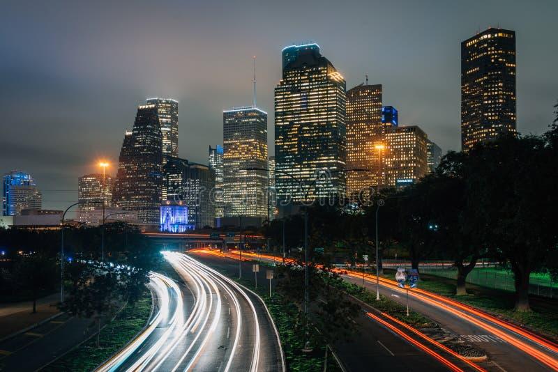 Долгая выдержка движения на бульваре Ален и горизонте Хьюстон вечером, в Хьюстон, Техас стоковые фото