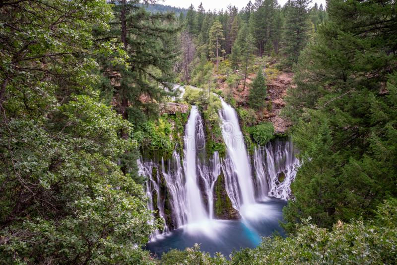 Долгая выдержка дневного времени водопада падений McArthur Burney в Калифорния стоковое фото