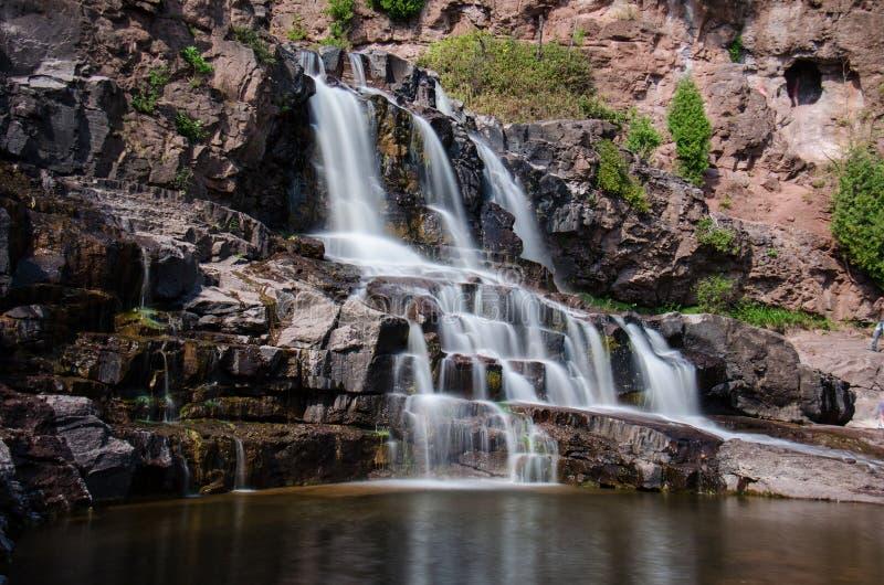 Долгая выдержка дневного времени водопадов падений крыжовника на парке штата в Минесоте летом стоковое фото rf