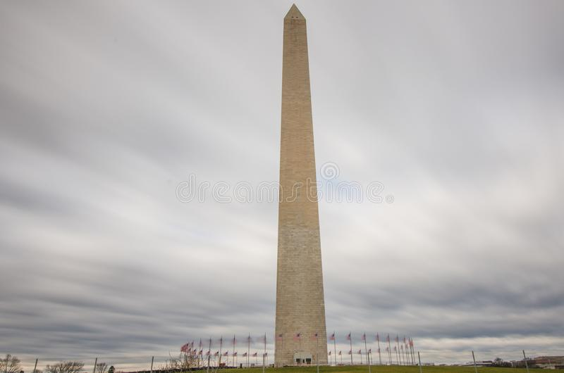 Долгая выдержка дневного времени памятника Вашингтона с прожилковидн облаками стоковая фотография rf