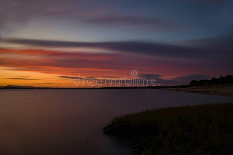 Долгая выдержка захода солнца на пляже стоковые фотографии rf