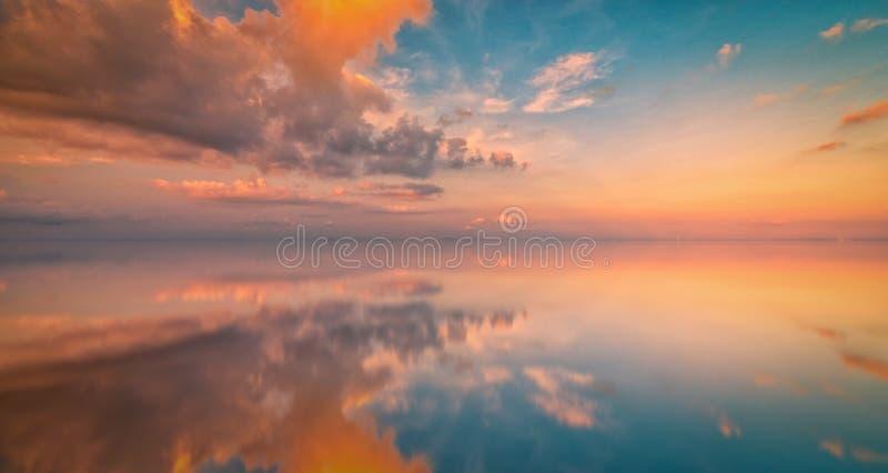Долгая выдержка красочного неба и отражения захода солнца на море Vint стоковое изображение