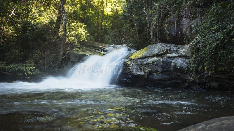 Долгая выдержка малого водопада нашла в красивом лесе Mae Klang Luang Chiang Mai, Таиланд стоковое фото