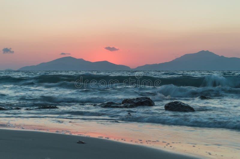 Долгая выдержка моря во время захода солнца стоковое фото rf