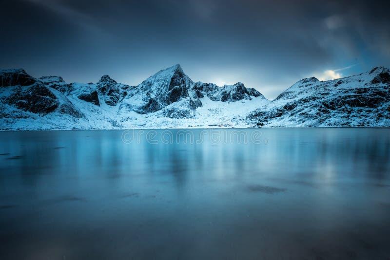 Долгая выдержка над фьордом в островах Lofoten, Норвегии День зимы холодный стоковое фото