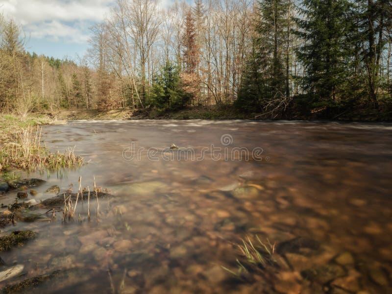 Долгая выдержка на воде в осени стоковая фотография rf