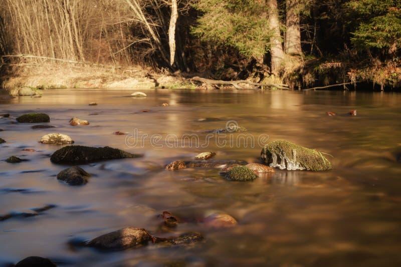 Долгая выдержка на воде в осени стоковое фото rf