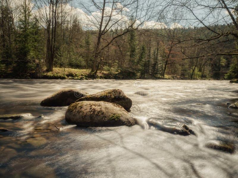 Долгая выдержка на воде в осени стоковое фото
