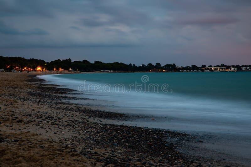 Долгая выдержка на пляже с горизонтом города на предпосылке стоковая фотография rf