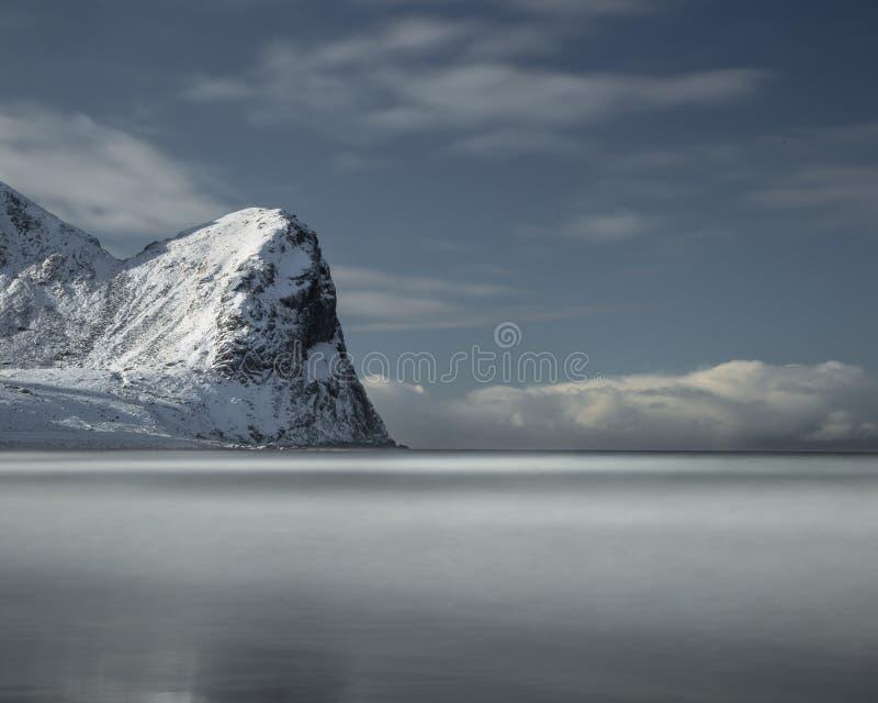 Долгая выдержка на пляже Unstad в островах Lofoten, Норвегии стоковые фотографии rf