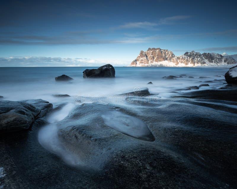 Долгая выдержка на пляже Uttakleiv в островах Lofoten, Норвегии стоковое фото