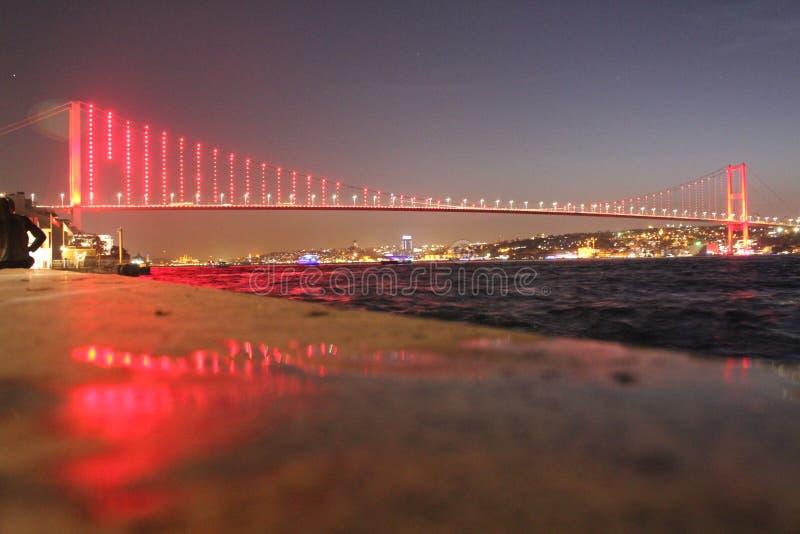 Долгая выдержка ночи моста горла Стамбула стоковые изображения