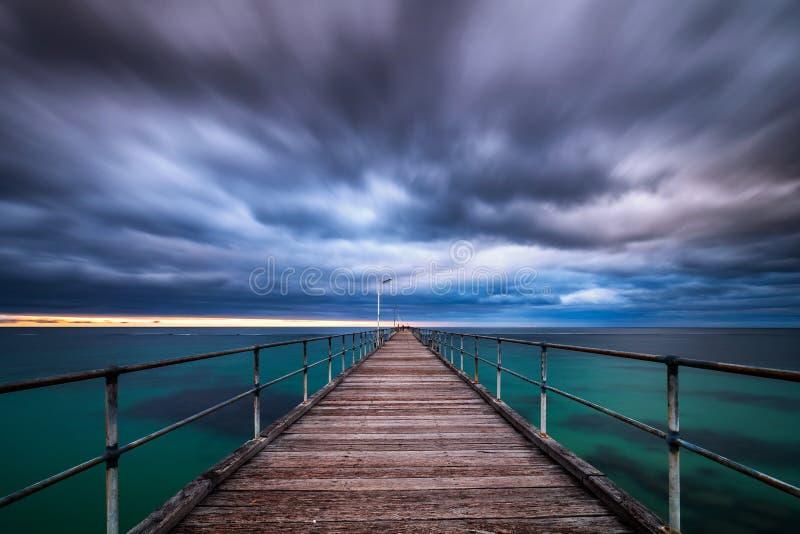 Долгая выдержка облаков шторма на моле Noarlunga порта стоковое фото