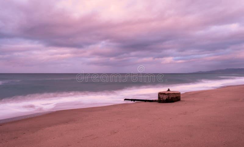 Долгая выдержка пляжа в зиме на заходе солнца стоковое фото rf