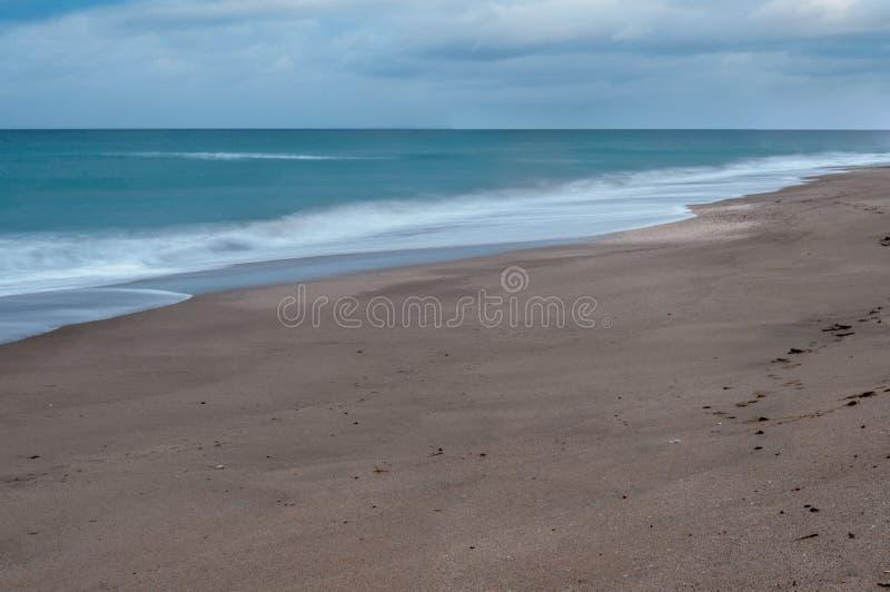 Долгая выдержка пляжа в зиме стоковое фото